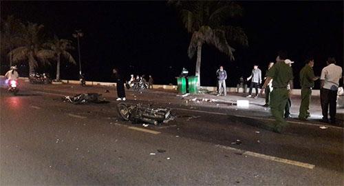 Xe máy đối đầu trong đêm, 2 người tử vong - Ảnh 1