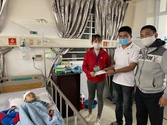 Đại úy công an quyên góp gần 20 triệu đồng ủng hộ bé 5 tuổi bị bố chém ở Đắk Lắk - Ảnh 1