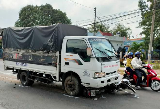 Tin tai nạn giao thông ngày 17/1: Ô tô tải lao vào nhóm học sinh đứng mua bánh mì - Ảnh 1