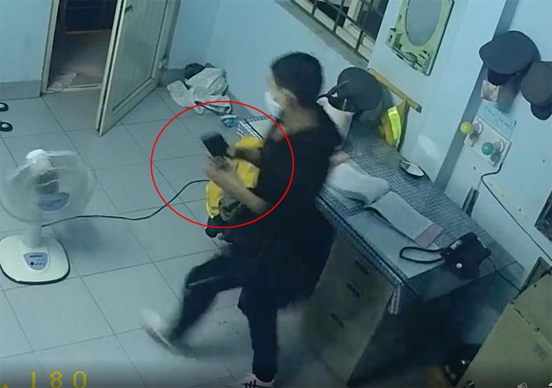 """Vụ dùng móc quần áo mở khóa cửa, trộm 2 điện thoại trong 2 phút: Camera tiết lộ hình ảnh """"sốc"""" - Ảnh 1"""