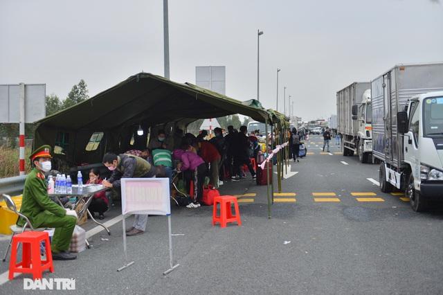 """Ảnh: Hàng nghìn người xếp hàng trên cao tốc khai báo y tế """"nhập cảnh"""" vào Quảng Ninh - Ảnh 2"""