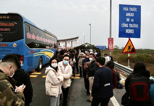 """Ảnh: Hàng nghìn người xếp hàng trên cao tốc khai báo y tế """"nhập cảnh"""" vào Quảng Ninh - Ảnh 6"""