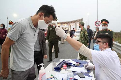 """Ảnh: Hàng nghìn người xếp hàng trên cao tốc khai báo y tế """"nhập cảnh"""" vào Quảng Ninh - Ảnh 7"""