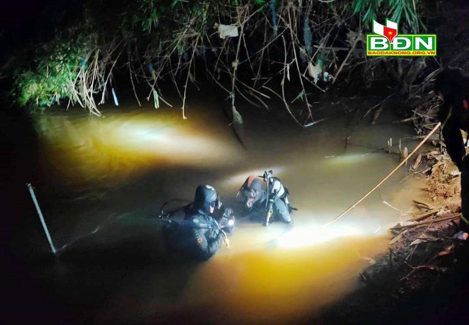 Thấy đôi dép dưới suối, lặn tìm phát hiện thi thể bé trai 7 tuổi - Ảnh 1