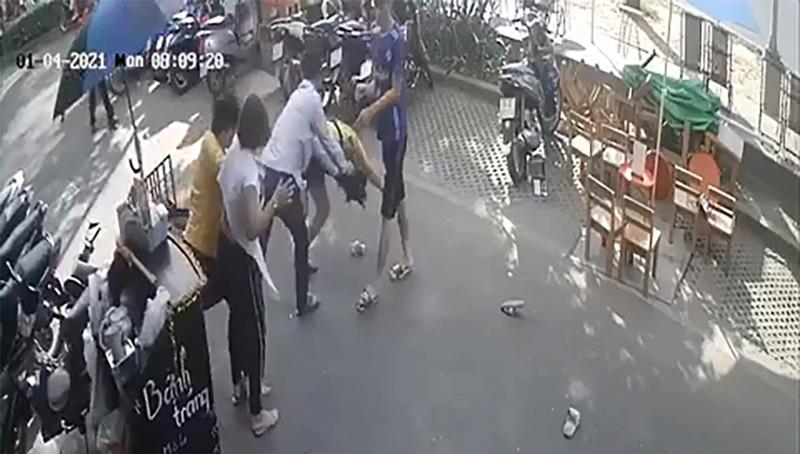 Vụ clip người đàn ông nắm tóc, lên gối khiến 2 cô gái ngã quỵ: Nạn nhân tiết lộ gì? - Ảnh 1