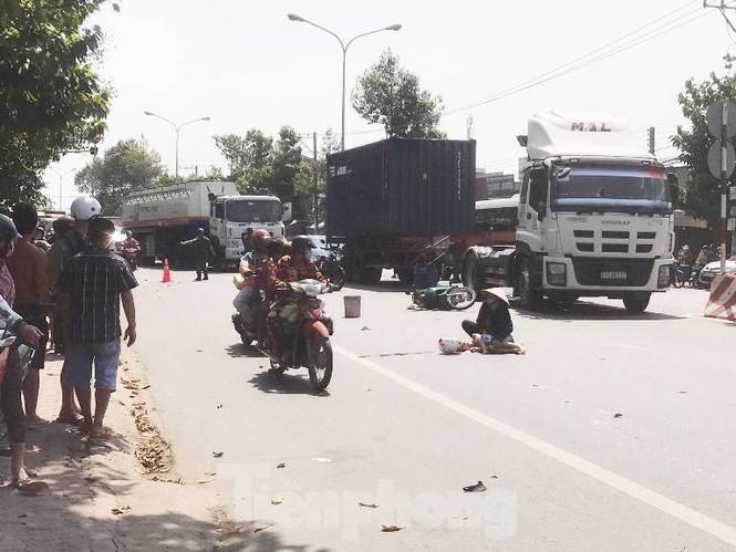 2 ông cháu tử vong thương tâm dưới bánh xe tải - Ảnh 1