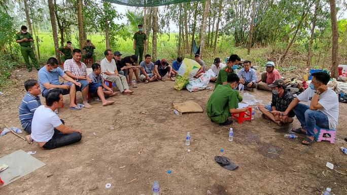 """Vụ Trưởng công an huyện hóa trang đánh úp trường gà: Gần 100 con bạc """"phi thân"""" qua ruộng lúa - Ảnh 1"""