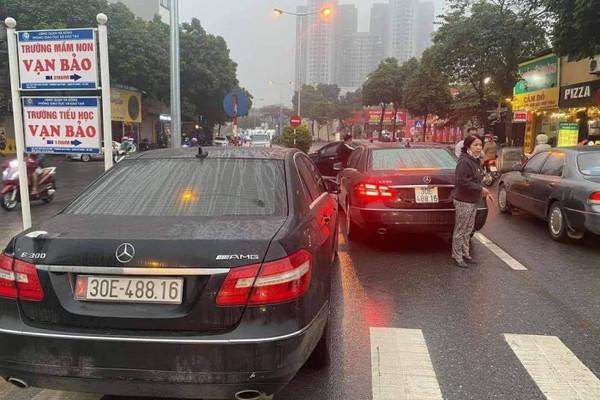 """2 xe sang Mercedes E300 cùng biển số """"chạm mặt nhau"""" trên phố Hà Nội: Cục CSGT nói gì? - Ảnh 1"""