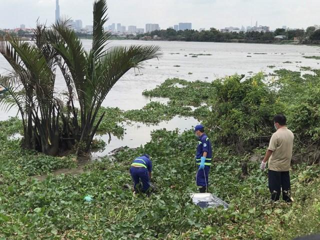 Vụ thi thể đang phân hủy trôi lập lờ trên sông: Nạn nhân mặc quần dài, áo thun - Ảnh 1