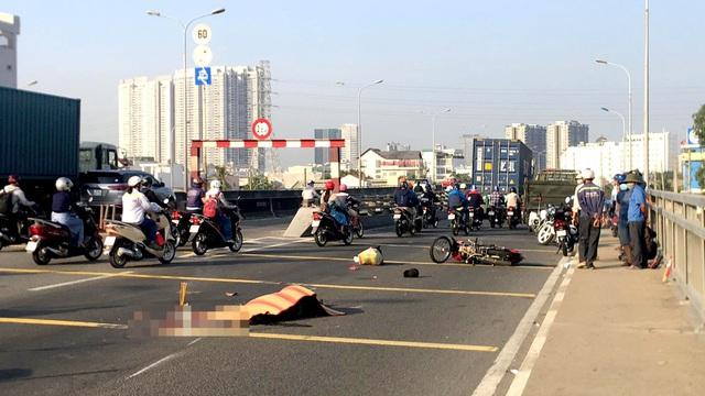 Tin tai nạn giao thông ngày 12/3: Con gái ngã quỵ bên thi thể cha bị container cán - Ảnh 1