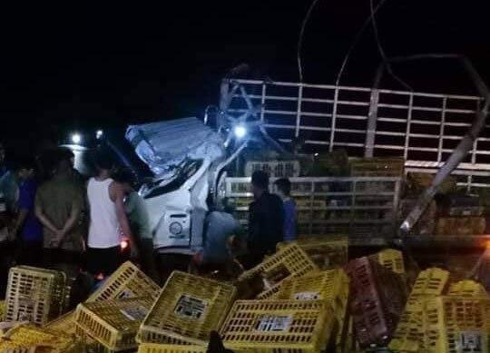 Ô tô tải chở gà bất ngờ lật trong đêm, 2 người chết - Ảnh 1