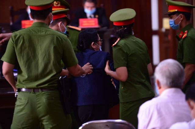 Bà Dương Thị Bạch Diệp xông lên bục khai báo la hét, phản đối tại tòa - Ảnh 1