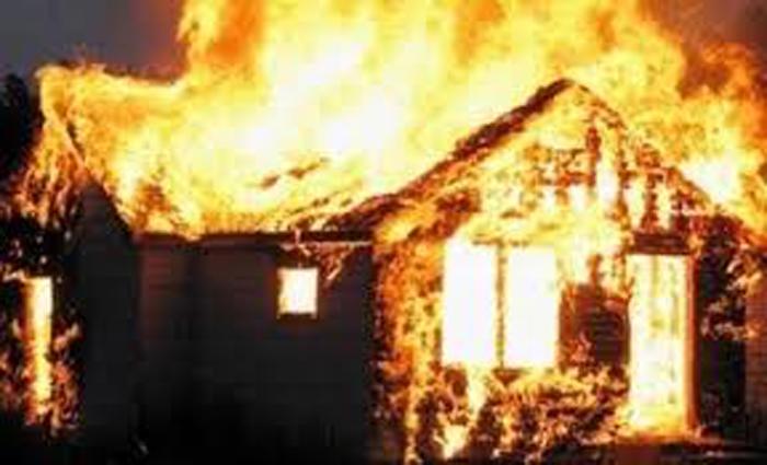 Vụ cụ ông 70 tuổi buộc hết cửa cả 3 căn nhà rồi tưới xăng đốt: Hé lộ nguyên nhân - Ảnh 1