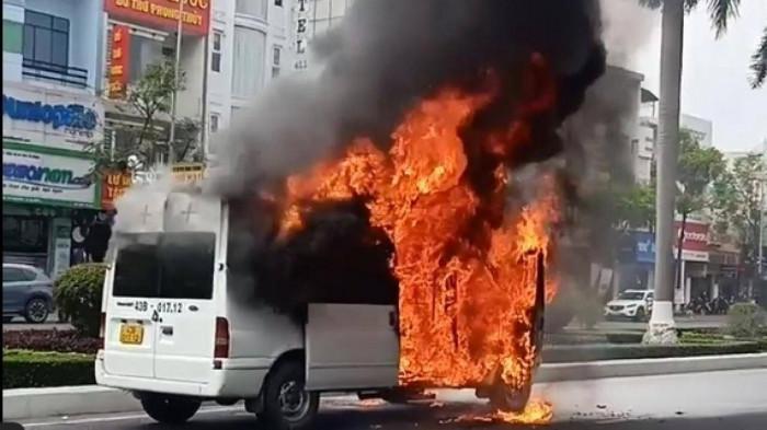 Xe chở quan tài bốc cháy ngùn ngụt giữa phố, khói đen cao hàng chục mét - Ảnh 1