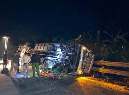 Tin tai nạn giao thông ngày 19/3: Lật xe tải và xe cẩu ở đèo Lò Xo, 1 người chết - Ảnh 1
