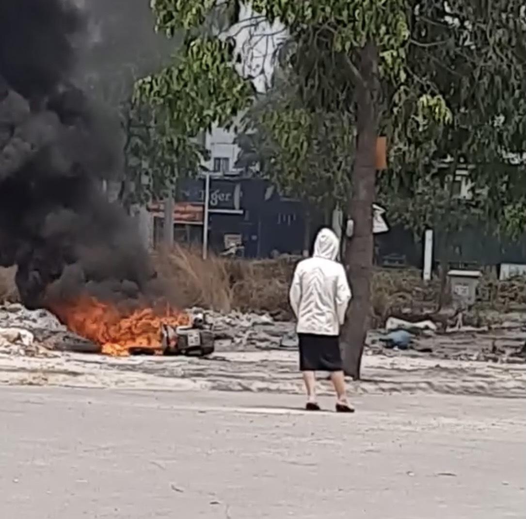 Vụ cô gái trẻ đốt xe SH trong công viên: Nhân chứng tiết lộ gì? - Ảnh 1
