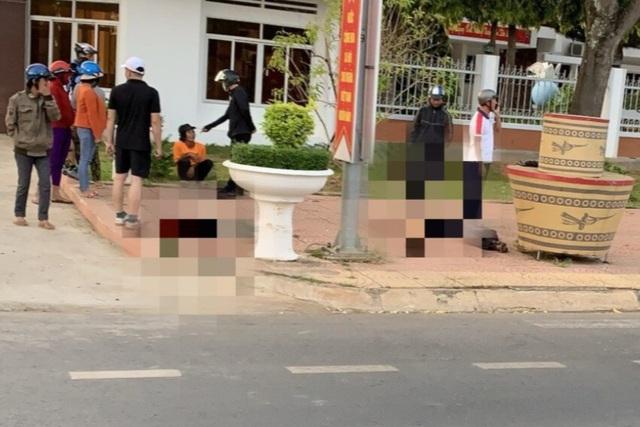 Điều tra vụ 1 người chết, 1 bị thương trước cổng trụ sở UBND huyện - Ảnh 1