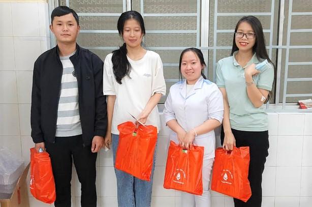4 bạn trẻ kịp thời hiến máu cứu sống sản phụ 22 tuổi trong đêm - Ảnh 1