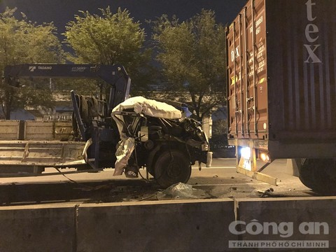 Tin tai nạn giao thông ngày 24/3/: Xe tải tông đuôi container, phụ xe văng từ cabin xuống đường - Ảnh 1
