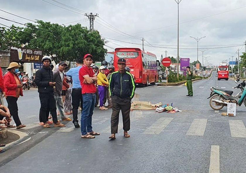 Tin tai nạn giao thông ngày 25/3: Ô tô khách tông xe máy, 3 người thương vong - Ảnh 1