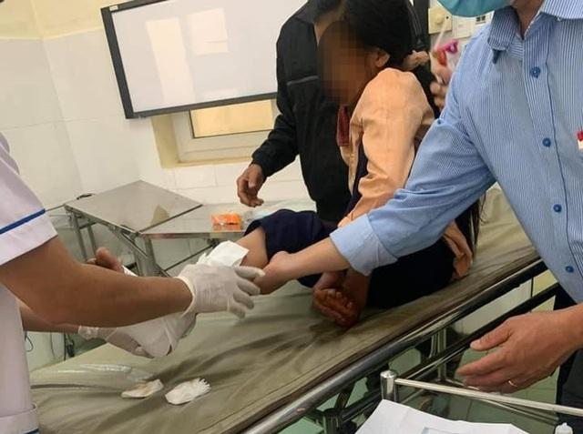 Cha đón 2 con đi học về gặp tai nạn, cháu bé 9 tuổi bị ô tô cán tử vong thương tâm - Ảnh 1