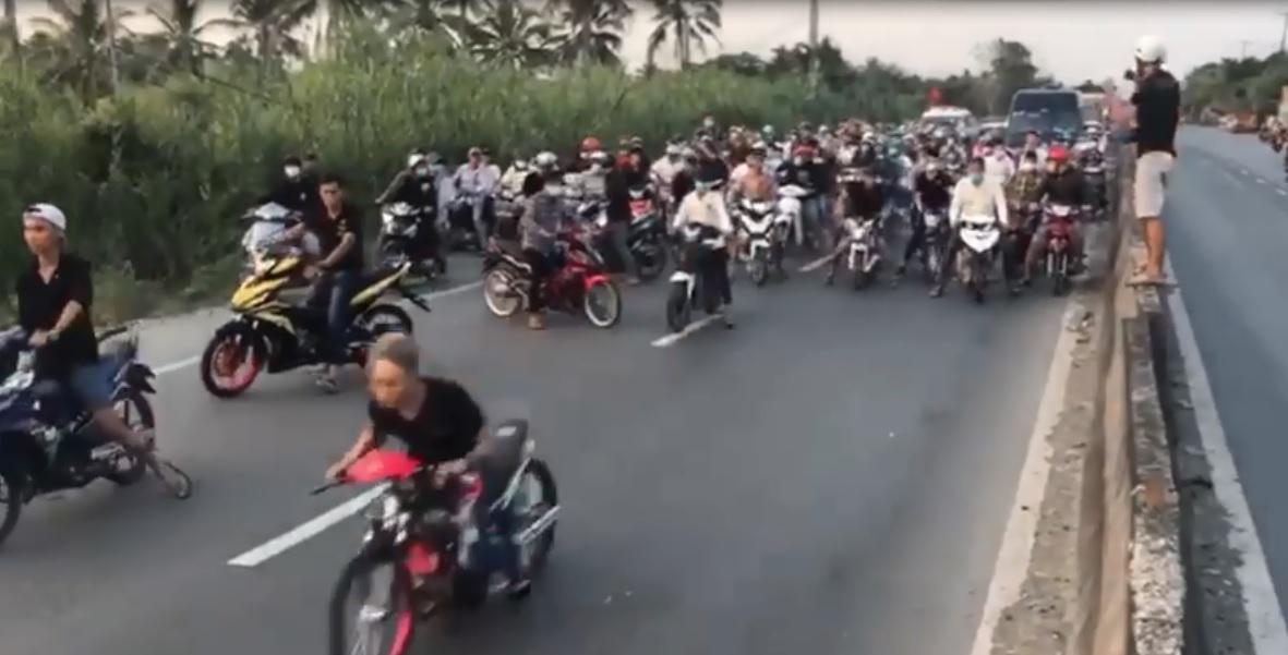 Gần 100 thanh niên chặn dừng xe trên quốc lộ, biểu diễn so kè tốc độ - Ảnh 1