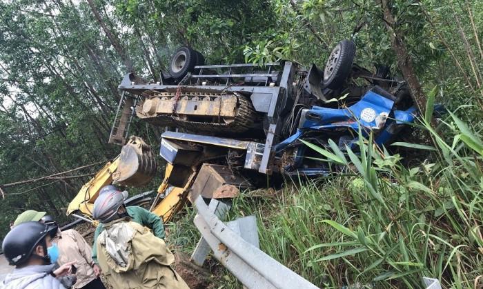 Tin tai nạn giao thông ngày 4/3: Ô tô chở máy múc lật ngửa, tài xế tử vong - Ảnh 1