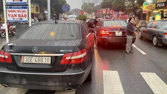 """Vụ 2 xe sang Mercedes Benz trùng biển số """"hội ngộ"""" trên phố: Chủ nhân biển số thật là ai? - Ảnh 1"""