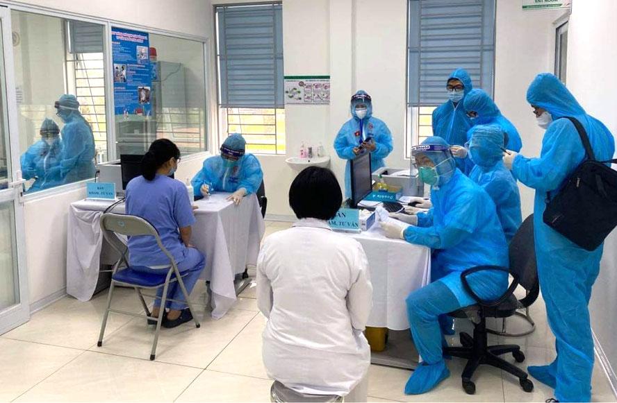 Cận cảnh những mũi tiêm vắc-xin Covid-19 đầu tiên ở Hà Nội - Ảnh 3