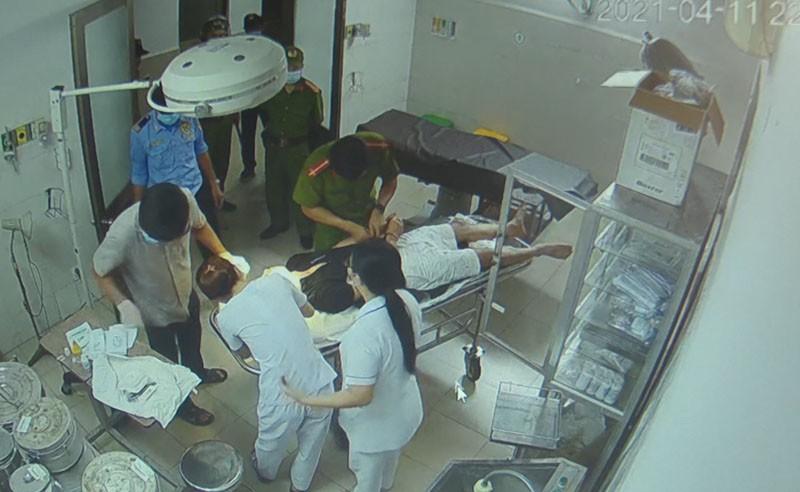 Vụ vào bệnh viện cấp cứu, bệnh nhân đánh cả bác sĩ: Camera ghi hình ảnh gì? - Ảnh 1