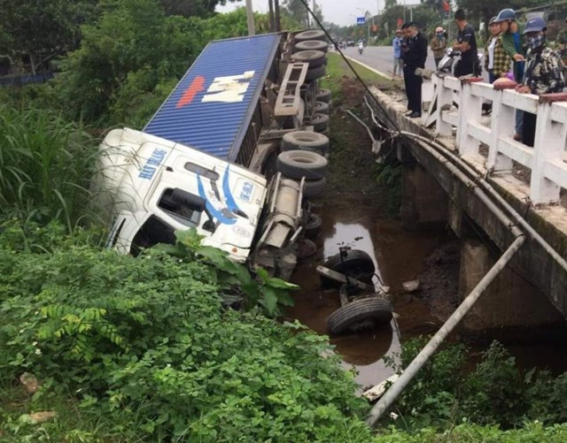 Tin tai nạn giao thông ngày 16/4/2021: Lọt dưới gầm container, nữ sinh lồm cồm bò ra kêu cứu - Ảnh 2