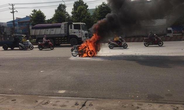 Tin tức tai nạn giao thông 20/4/: Xe máy bốc cháy dữ dội, nữ sinh hốt hoảng bỏ chạy - Ảnh 1