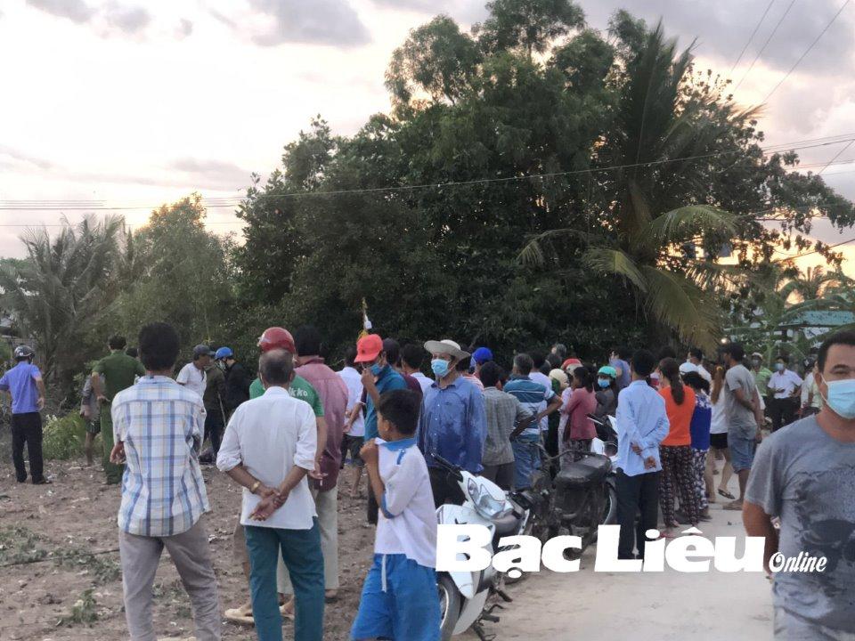 Cả trăm người dân kéo đến xem thi thể đang phân hủy nặng dưới kênh - Ảnh 1