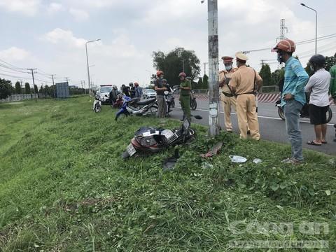 Vụ thi thể người đàn ông ở bãi cỏ ven đường: Xe máy gãy rời đầu ở hiện trường - Ảnh 1