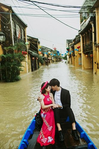 Ấn tượng với bộ ảnh cưới giữa cảnh mưa lũ ở Hội An của cặp đôi Sài Gòn - Ảnh 5