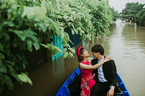 Ấn tượng với bộ ảnh cưới giữa cảnh mưa lũ ở Hội An của cặp đôi Sài Gòn - Ảnh 1
