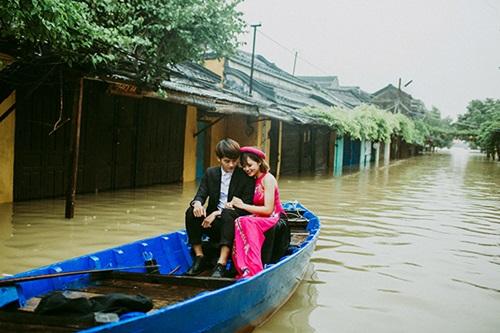 Ấn tượng với bộ ảnh cưới giữa cảnh mưa lũ ở Hội An của cặp đôi Sài Gòn - Ảnh 9