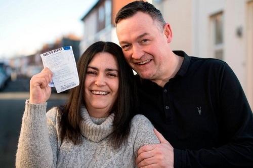 Cặp vợ chồng tìm lại vé số trúng 80.000 USD trong thùng rác - Ảnh 1