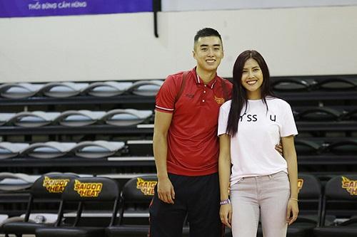 Hoa hậu Nguyễn Thị Loan vướng tin đồn hẹn hò với ngôi sao bóng rổ Tuấn Tú - Ảnh 3