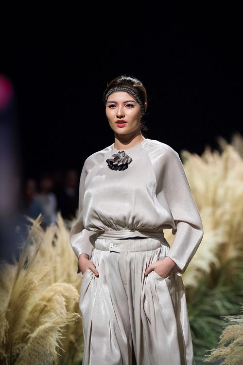 Hồng Quế tái xuất sàn catwalk với bộ sưu tập mới của HH Ngọc Hân - Ảnh 2