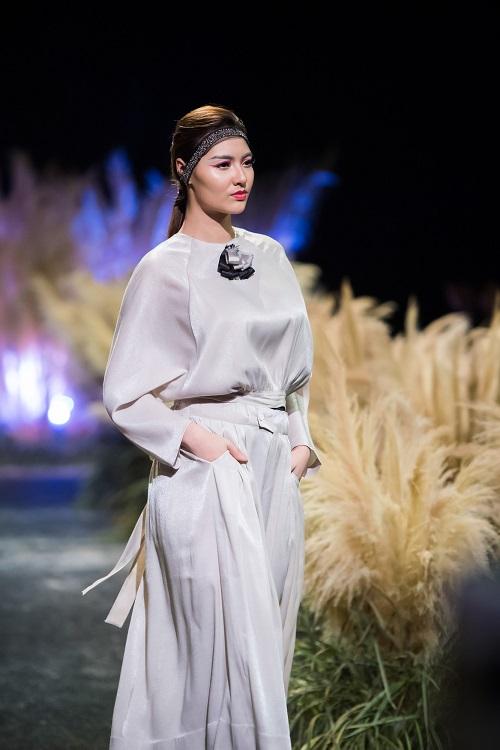 Hồng Quế tái xuất sàn catwalk với bộ sưu tập mới của HH Ngọc Hân - Ảnh 4