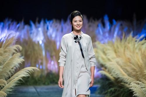 Hồng Quế tái xuất sàn catwalk với bộ sưu tập mới của HH Ngọc Hân - Ảnh 1