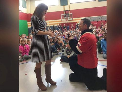 Nữ hiệu trưởng trường tiểu học được cầu hôn trước 600 học sinh - Ảnh 1