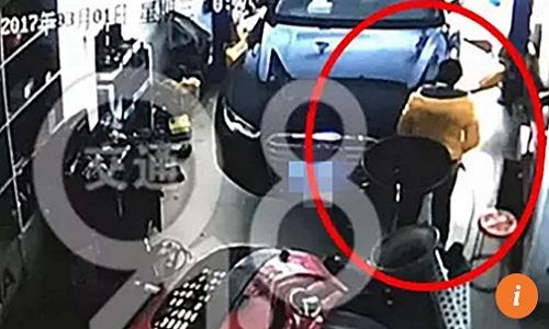 Người phụ nữ vào xưởng ôtô sinh con trong 30 giây rồi bỏ đi - Ảnh 1
