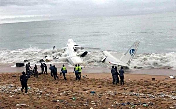 Máy bay rơi xuống biển, ít nhất 4 người tử nạn - Ảnh 1