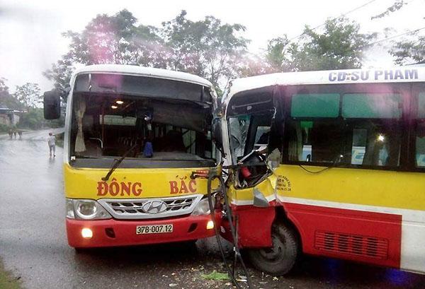 Vụ xe buýt đối đầu, 4 người thương nặng phải nhập viện - Ảnh 1