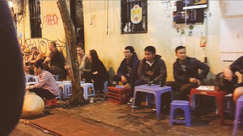 Vỉa hè Hà Nội vẫn tấp nập hàng quán khi lực lượng chức năng vắng bóng - Ảnh 14