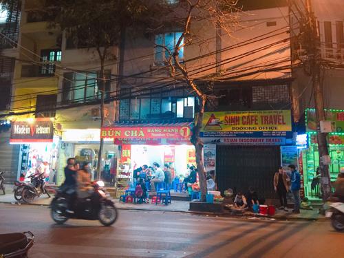 Vỉa hè Hà Nội vẫn tấp nập hàng quán khi lực lượng chức năng vắng bóng - Ảnh 7
