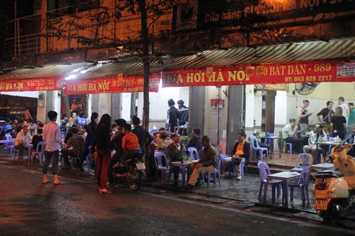 """Quán bia, hàng ăn đang """"bức tử"""" vỉa hè Hà Nội (Phần 2) - Ảnh 2"""