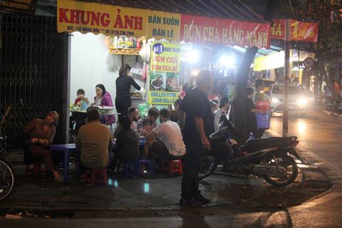 """Quán bia, hàng ăn đang """"bức tử"""" vỉa hè Hà Nội (Phần 2) - Ảnh 10"""